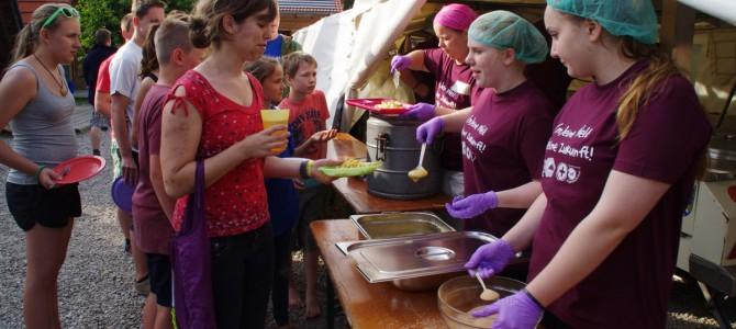 Eine Küche, 25 Helfer und 550 Siedler